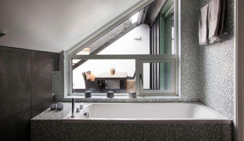 Elegante badkamer met mintgroene mozaïektegeltjes