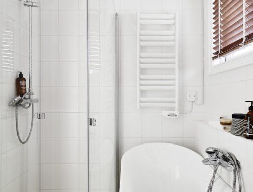 Aparte bad en douche in kleine badkamer