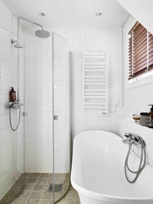 Aparte bad en douche in kleine badkamer - Badkamers voorbeelden
