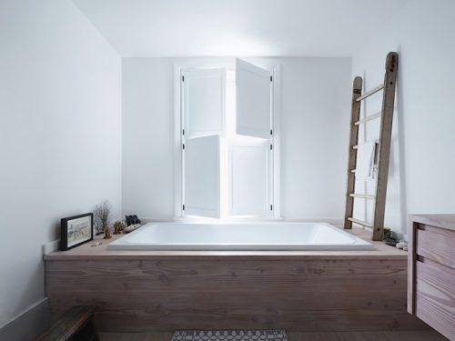 http://www.badkamers-voorbeelden.nl/afbeeldingen/authentieke-houten-luiken-loft-badkamer-500x375.jpg