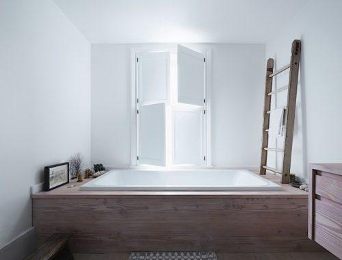 Authentieke houten luiken in loft badkamer