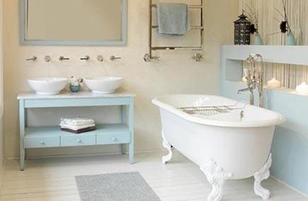 Babyblauwe landelijke badkamer met bad op pootjes