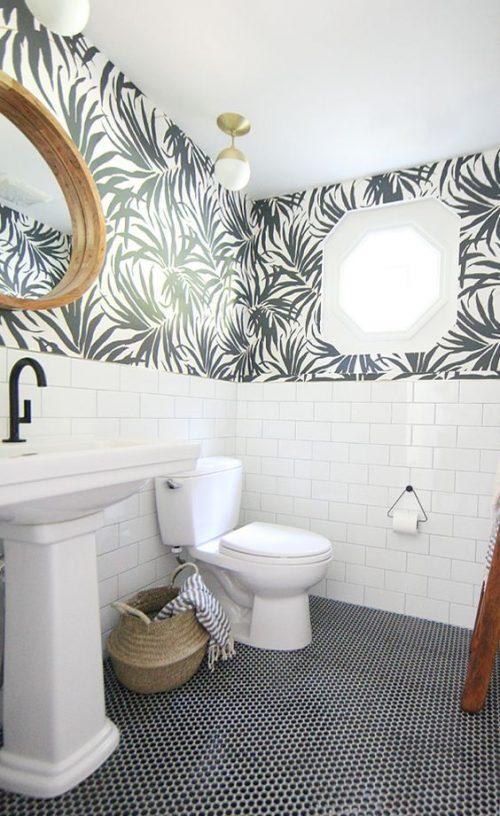 badkamer behang half tegels half behang