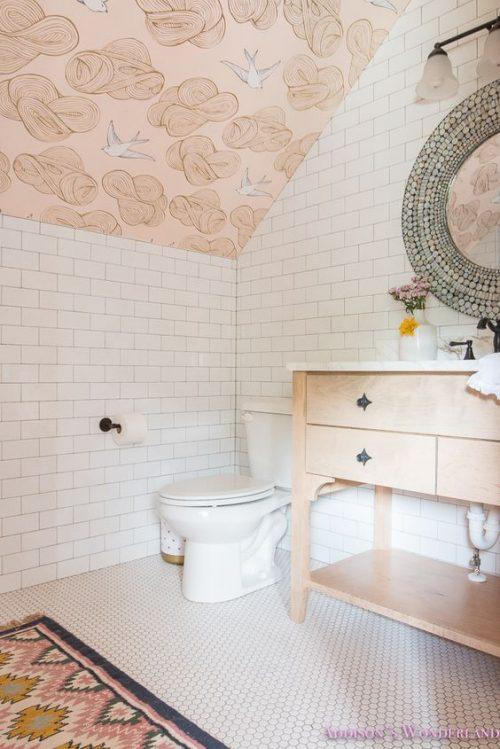 badkamer behang schuine wand roze
