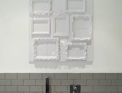 Badkamer met betonnen vloer en grijze wandtegels