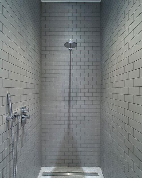 Badkamer met betonnen vloer en grijze wandtegels badkamers voorbeelden - Badkamer wandtegels ...