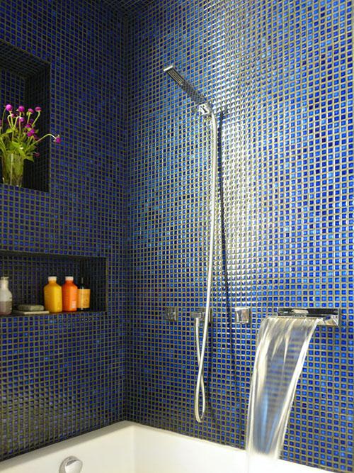 Badkamer met blauwe mozaïek tegeltjes