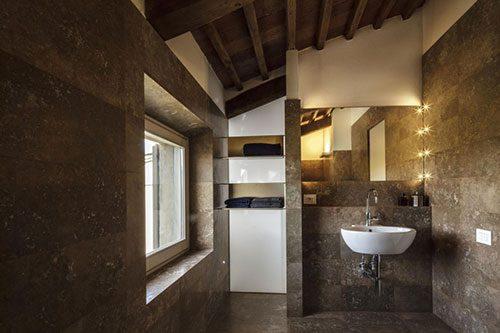 Badkamer met bruin bronzen tegels