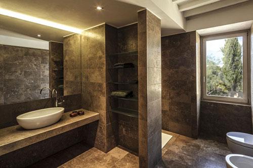 Badkamer met bruin bronzen tegels - Badkamers voorbeelden