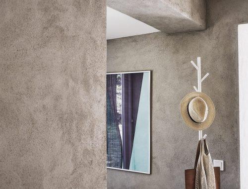 Badkamer met combinatie van betonstuc en betonlook tegels