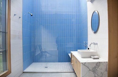 Badkamer met dakraam boven de douche