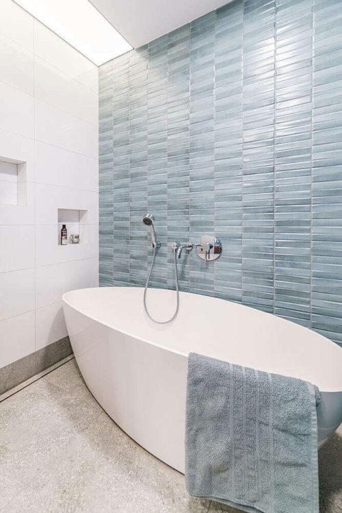 Badkamer en suite met ovalen bad en open douche