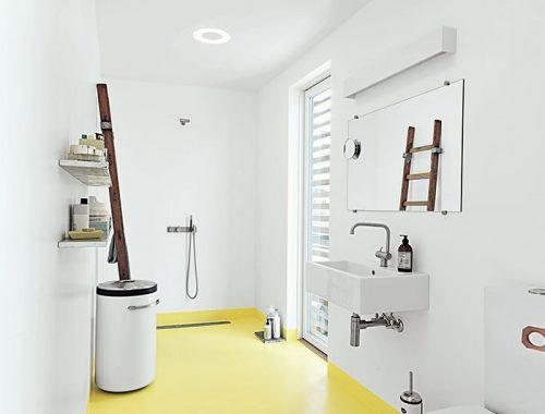 Badkamer met gele vloer