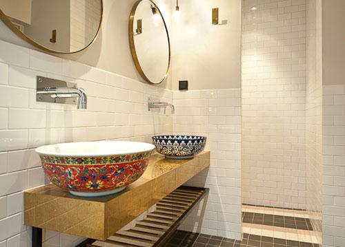 Badkamer met gouden wastafelblad