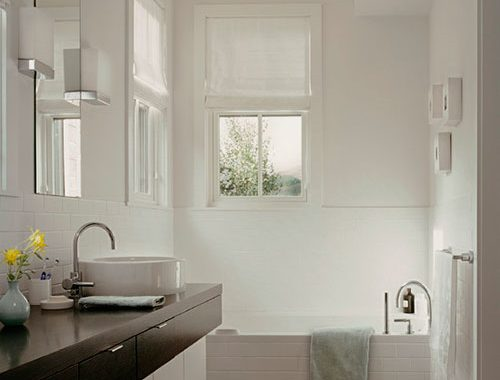 Badkamer met grove houten vloer