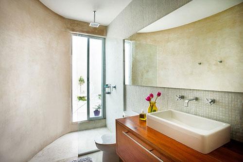 Badkamer met half ronde muur