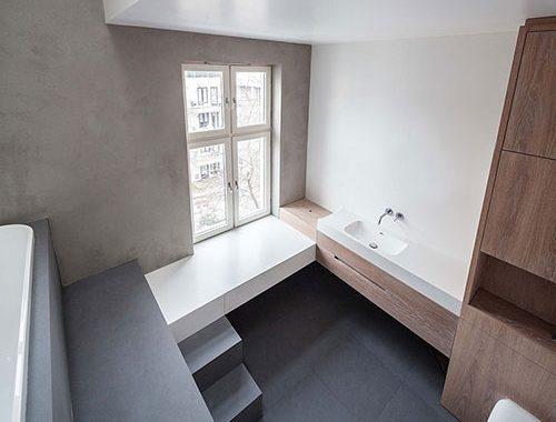 Badkamer met een hoog plafond