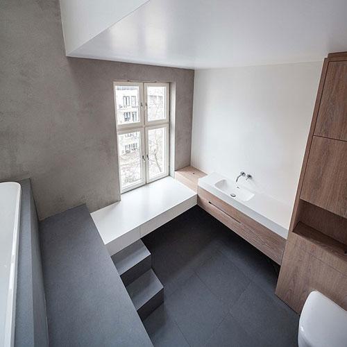 Badkamer met een hoog plafond badkamers voorbeelden - Betegelde rode badkamer ...