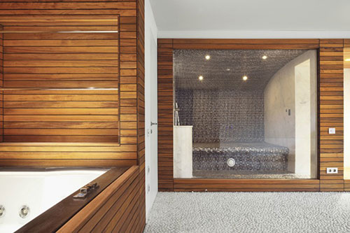 Badkamer met hout en natuursteen badkamers voorbeelden - Hout in de badkamer ...