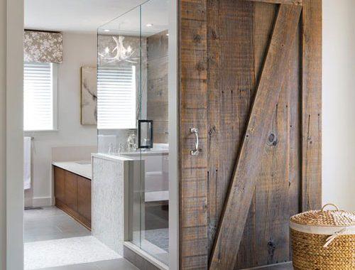 Houten schuifdeur in badkamer