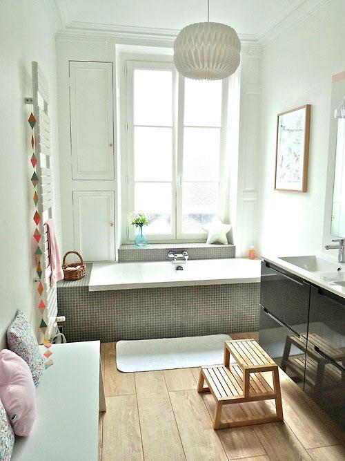 Badkamer met houten vloer gecombineerd met grijs en wit