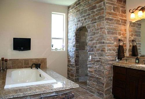 Badkamer met inloopdouche van natuursteen - Badkamers voorbeelden