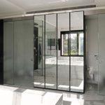 Badkamer met marmer en zwart