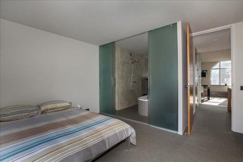 Badkamer met betonstuc