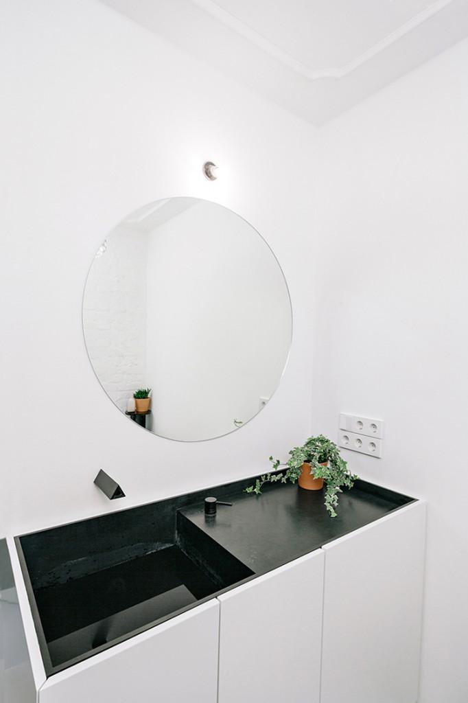 Badkamer met een klassiek tintje in een industrieel appartement
