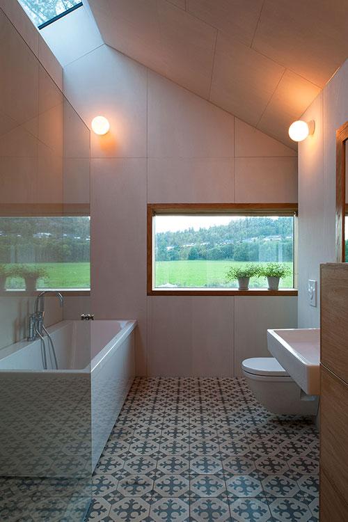 Badkamer met hoge dakraam