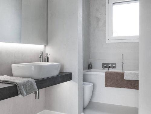 Badkamer met houten vloer en gietvloer combinatie