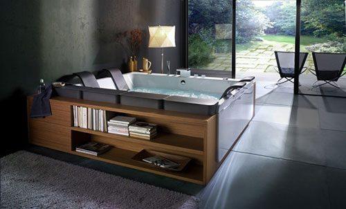 Badkamer met jacuzzi aan tuin