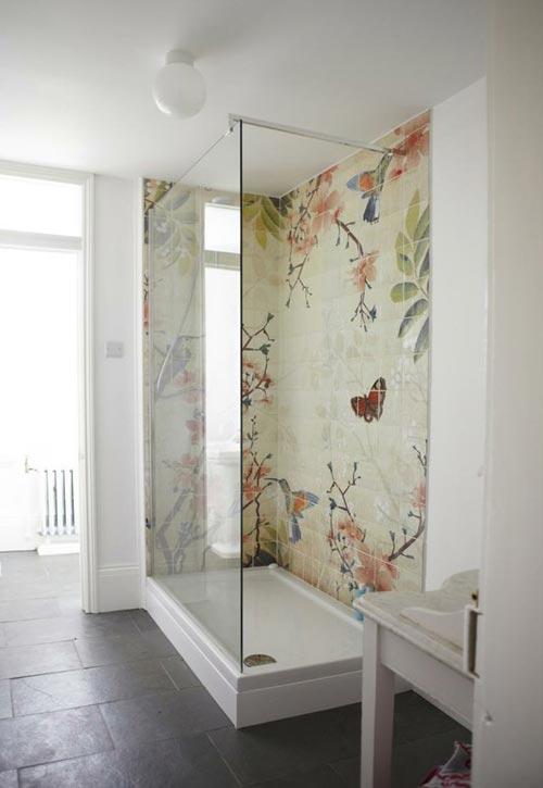 Badkamer met kunstwand