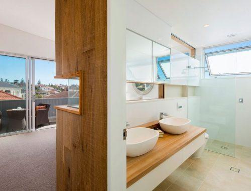 Badkamer met raam naar slaapkamer
