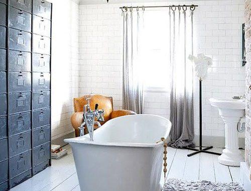 Badkamer met witte houten vloer