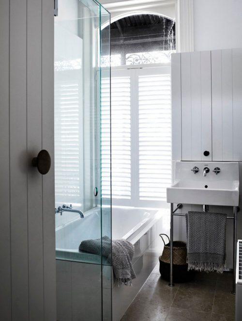 Badkamer met een moderne landelijke stijl