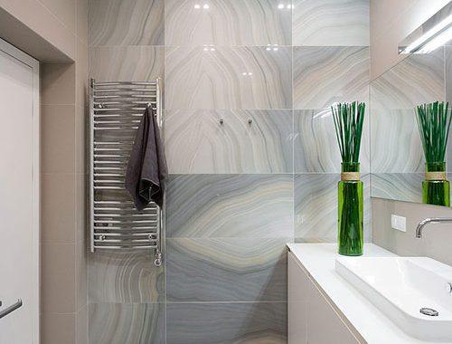 Badkamer met mooie marmeren tegels