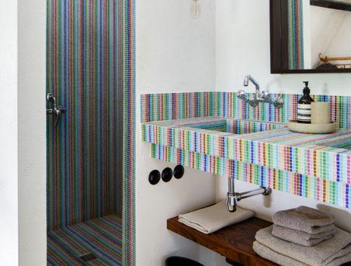 Badkamer met mozaïektegels alle kleuren van de regenboog