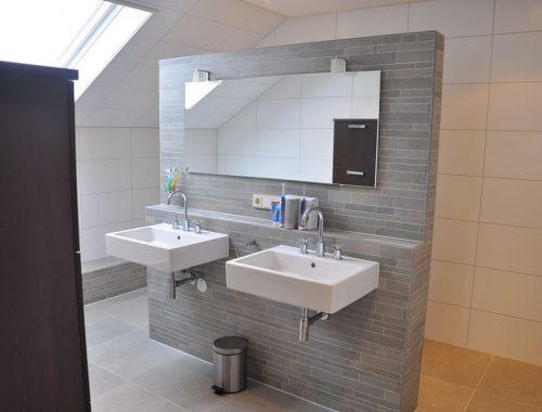 Badkamer met natuursteen scheidingswand