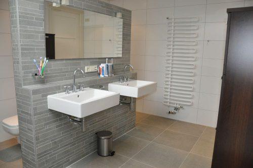 Badkamers voorbeelden » Badkamer met natuursteen scheidingswand