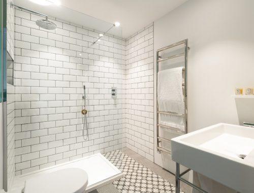 Badkamer ontwerp met chromen elementen