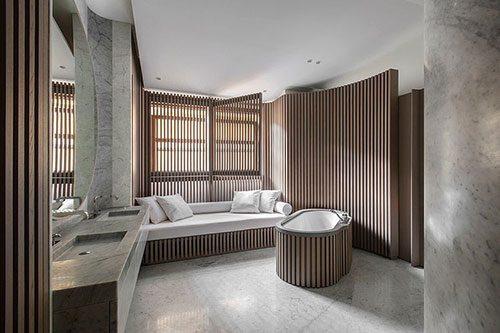Badkamer ontwerp met marmer en hout