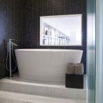 Badkamer met podium voor bad