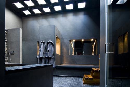 Badkamer met robuuste wandafwerking