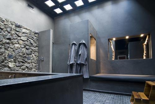 Badkamers voorbeelden ? Badkamer met robuuste wandafwerking
