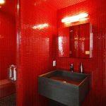 Badkamer met rode mosaic tegels