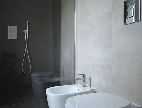 Badkamer in sobere grijstinten
