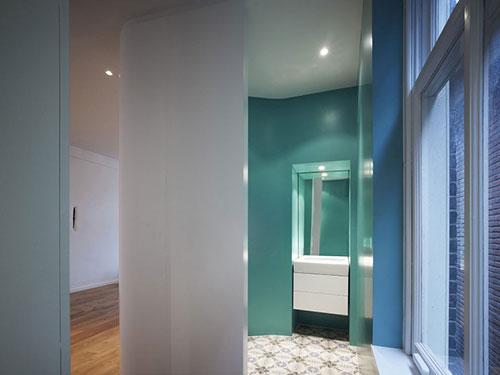Badkamer met strakke groene muren