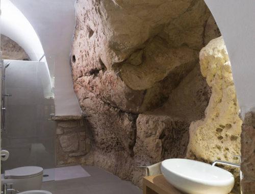 Badkamer van een traditionele stenen woning in Italië