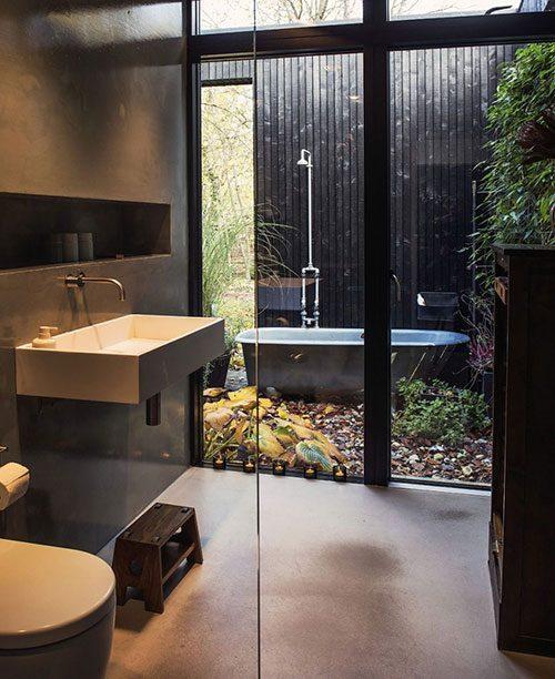 Badkamer met vrijstaand bad in de tuin